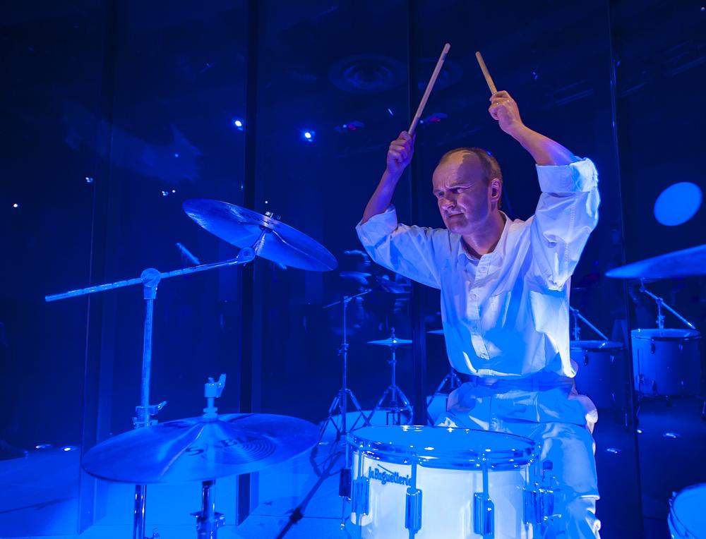 Phil Collins nemůže bubnovat
